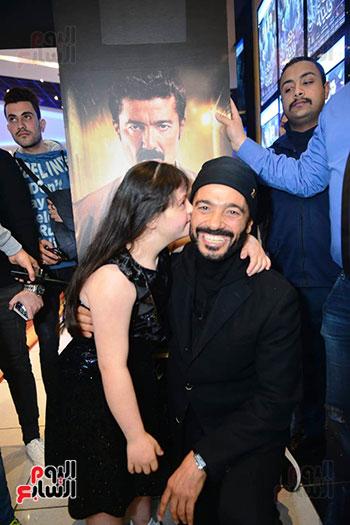 خالد النبوي مع الطفلة التي جسدت دور ابنته بالفيلم