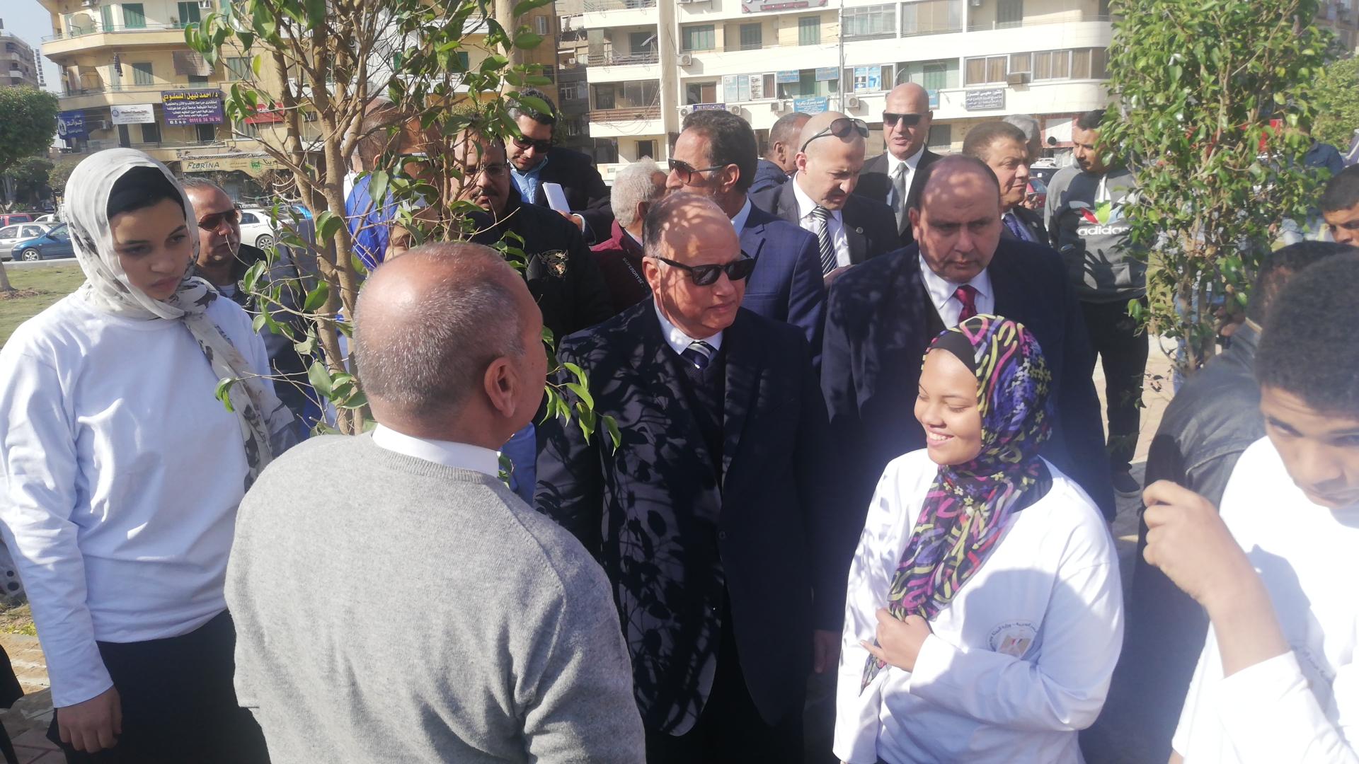 محافظ القاهرة ووزيرة البيئة يفتتحا المرحلة الأولى من تشجير ميدان تريومف (2)