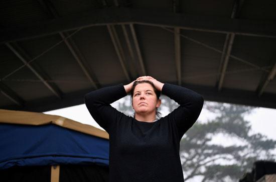 إحدى سكان كوبارجو الإسترالية بعد إحتراق منزلها جراء الحرائق
