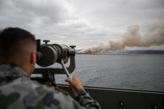 أحد الجنود الاستراليين يرصد حرائق الغابات