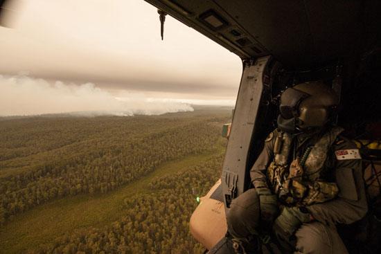 تصاعد الأدخنة الكثيفة جراء الحرائق بغابات أستراليا