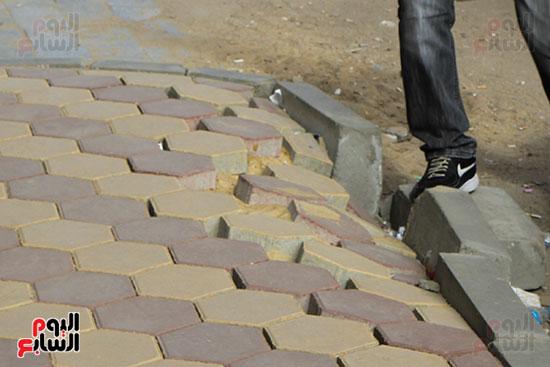 المواطنين يتعرضون للسقوط بعد انهيار رصيف شارع البطل  (1)