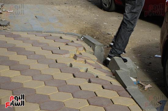 انهيار رصيف شارع البطل وسقوط بلاط الإنتر لوك يعض المواطنين للسقوط (1)