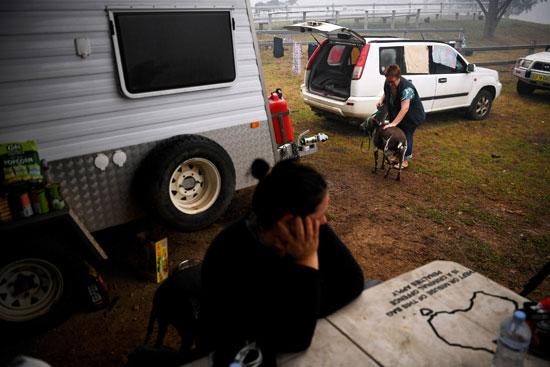 سيدة و إبنها بمركز الإخلاء بعد إحتراق منزلهما جراء حرائق أستراليا