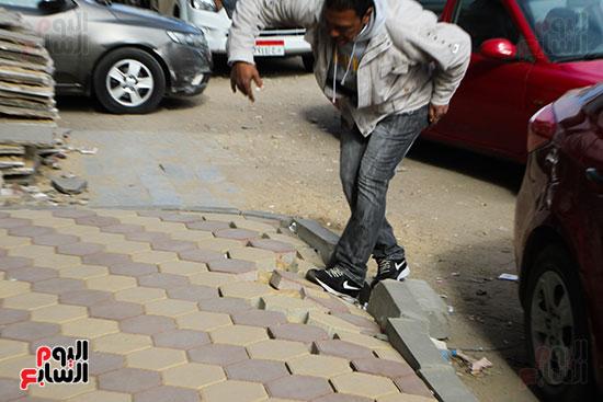 تعرض المواطنين للوقوع بعد انهيار الرصيف