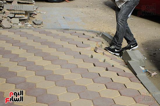 المواطنين يتعرضون للسقوط بعد انهيار رصيف شارع البطل  (2)