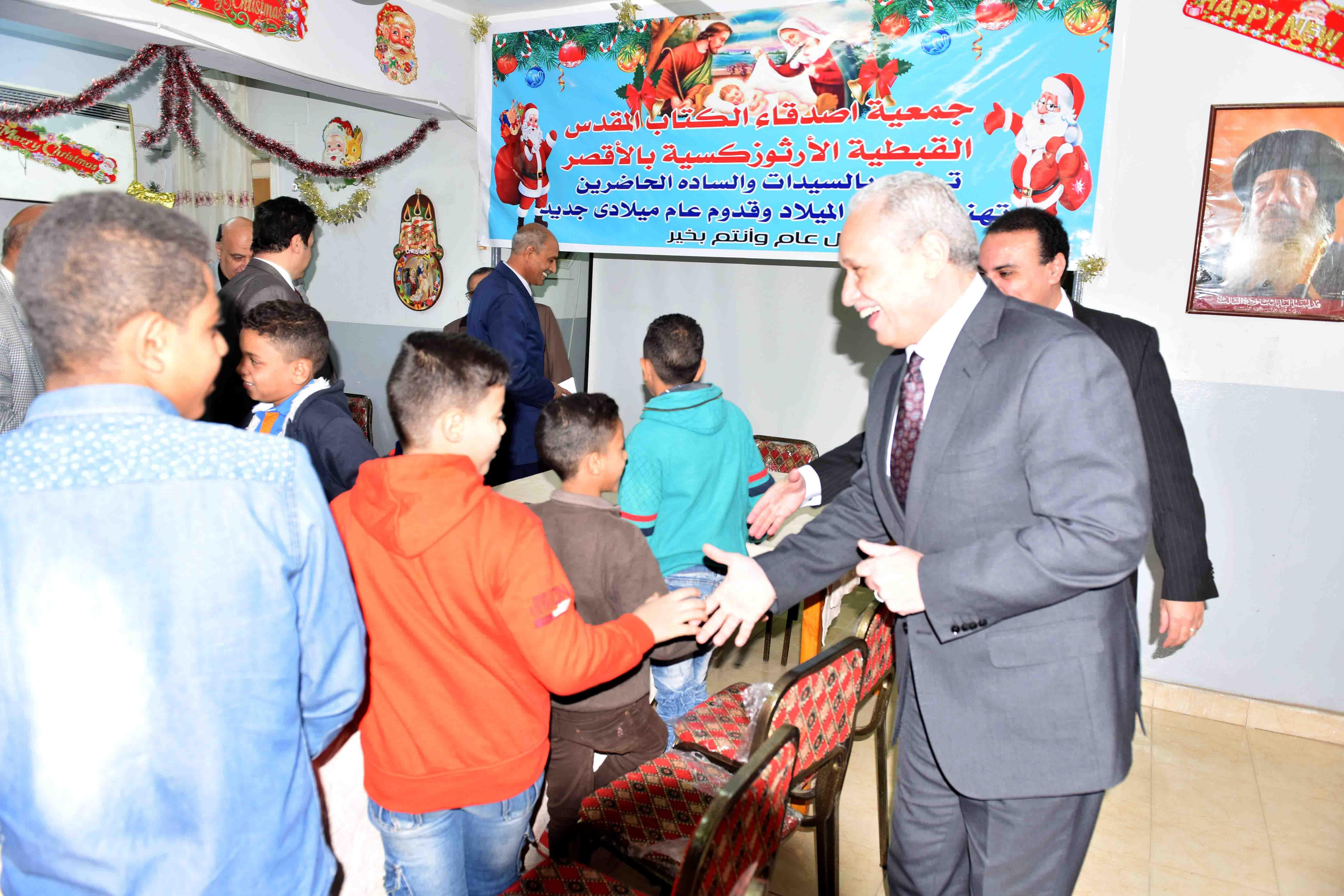 محافظ الأقصر يقدم التهنئة لأطفال الجمعيات بعيد الميلاد  (3)
