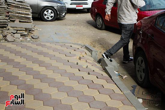 انهيار رصيف شارع البطل وسقوط بلاط الإنتر لوك يعض المواطنين للسقوط (2)