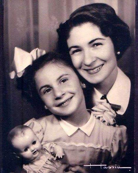 الأميرة فادية برفقة والدتها الملكة فريدة