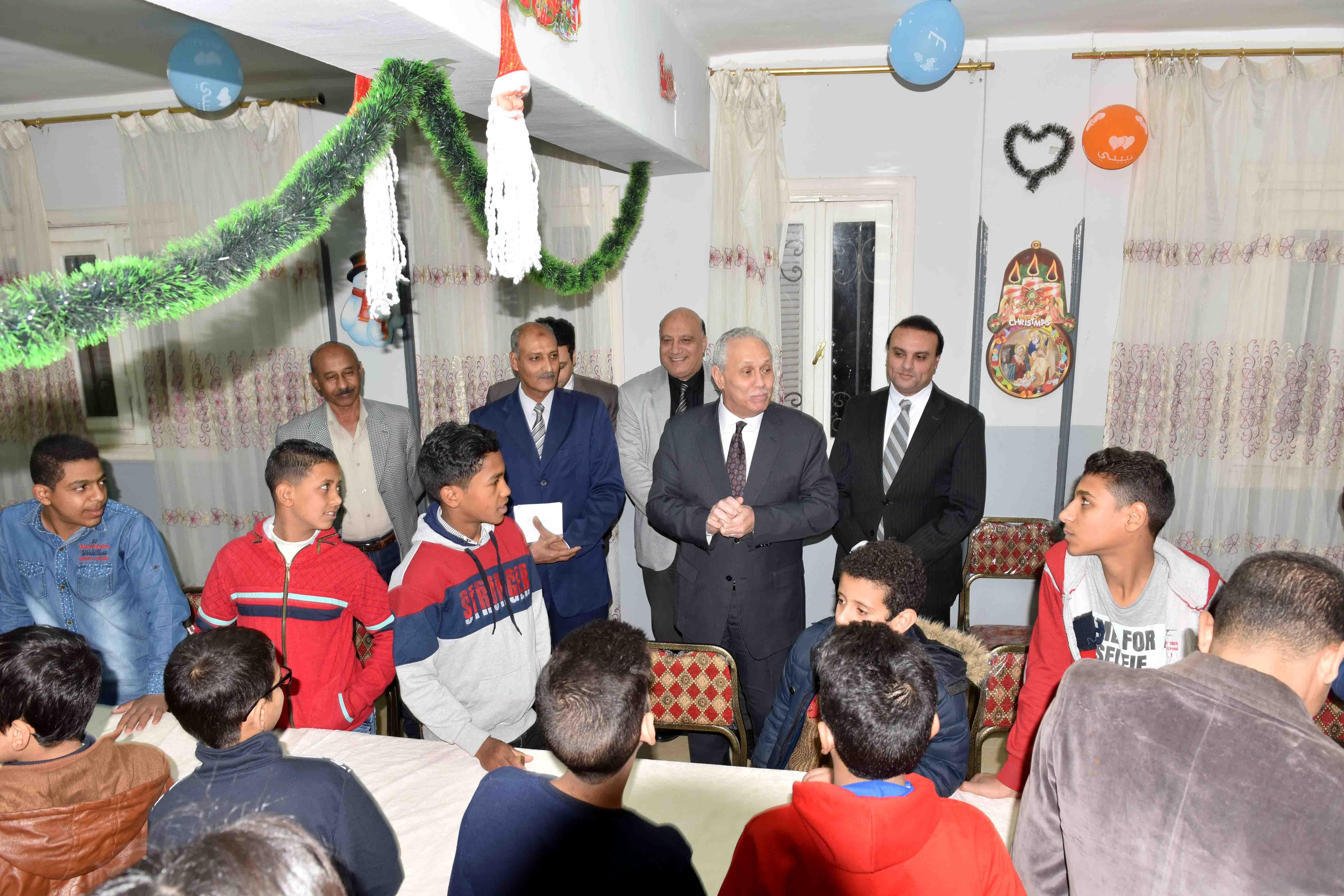 محافظ الأقصر يقدم التهنئة لأطفال الجمعيات بعيد الميلاد  (4)