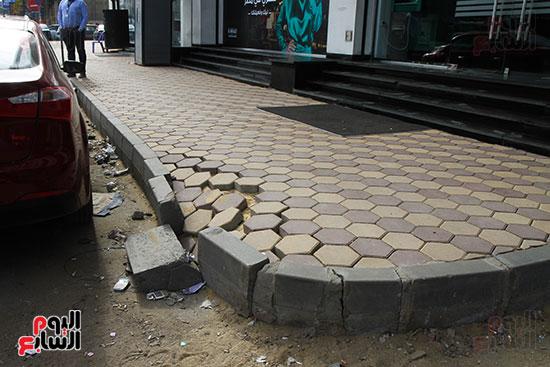 أرصفة شارع البطل تتعرض للانهيار بعد تطويرها  (2)