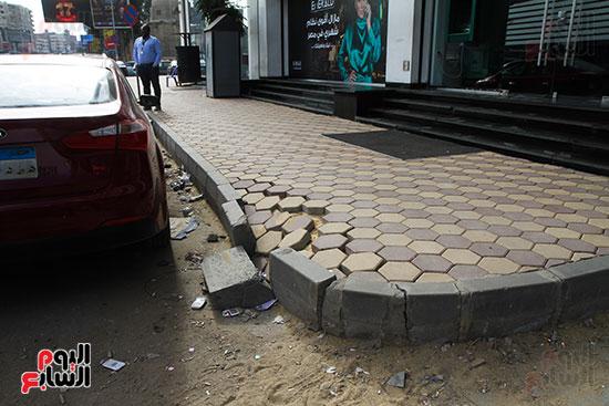 أرصفة شارع البطل تتعرض للانهيار بعد تطويرها  (1)