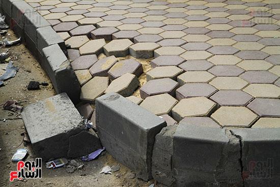 سقوط بلاط الأنتر لوك بالشارع