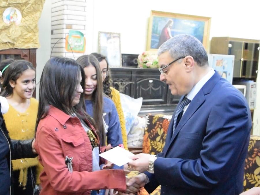 محافظ المنيا يهنئ أطفال دار البنات القبطية بعيد الميلاد المجيد (3)