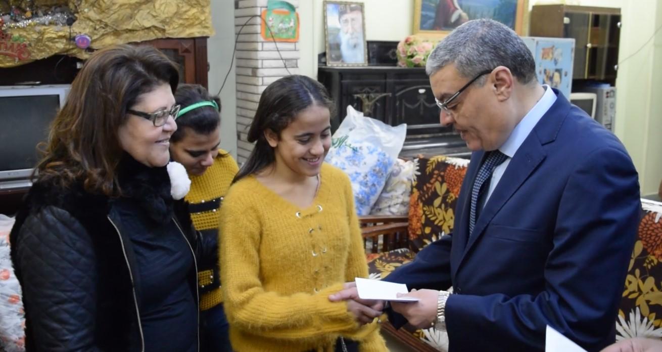 محافظ المنيا يهنئ أطفال دار البنات القبطية بعيد الميلاد المجيد (4)