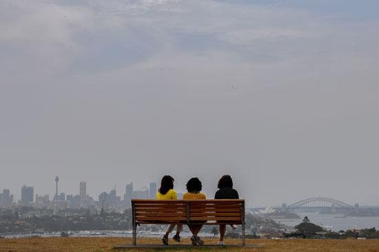 استراليات يشاهدن ضباب