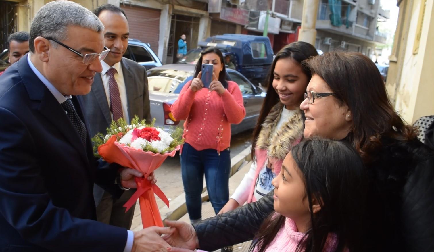 محافظ المنيا يهنئ أطفال دار البنات القبطية بعيد الميلاد المجيد (2)