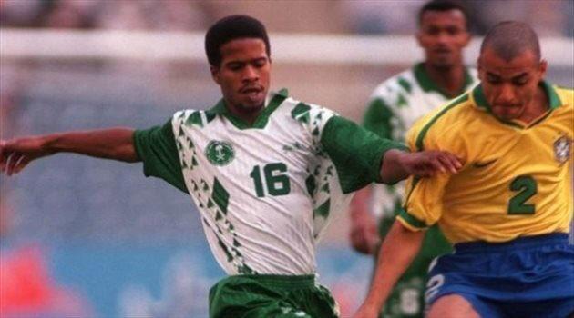 خميس العويران بقميص المنتخب السعودي فى كرة مشتركة مع البرازيلي كافو