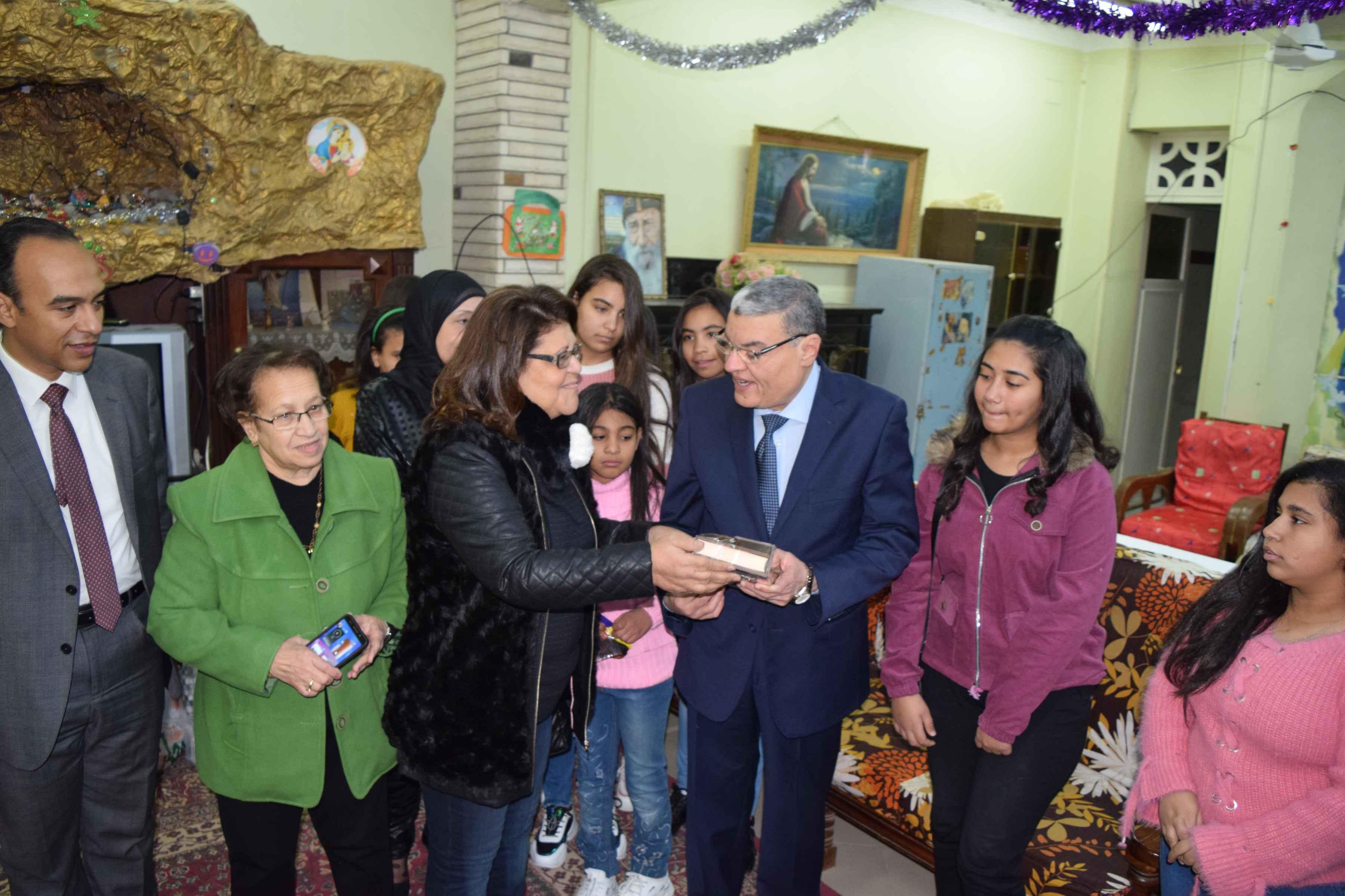 محافظ المنيا يهنئ أطفال دار البنات القبطية بعيد الميلاد المجيد (6)