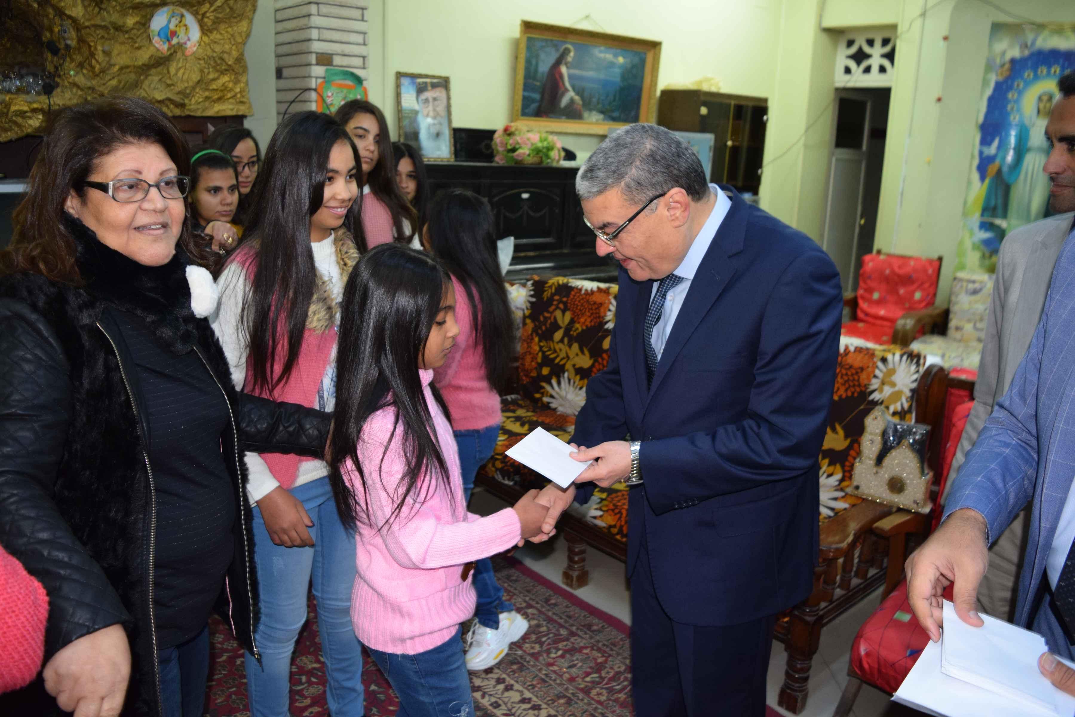 محافظ المنيا يهنئ أطفال دار البنات القبطية بعيد الميلاد المجيد (7)