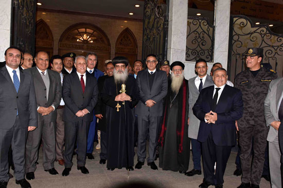 محافظ الأقصر ومساعد وزير الداخلية يقدمان التهاني لقيادات الكنائس  (3)