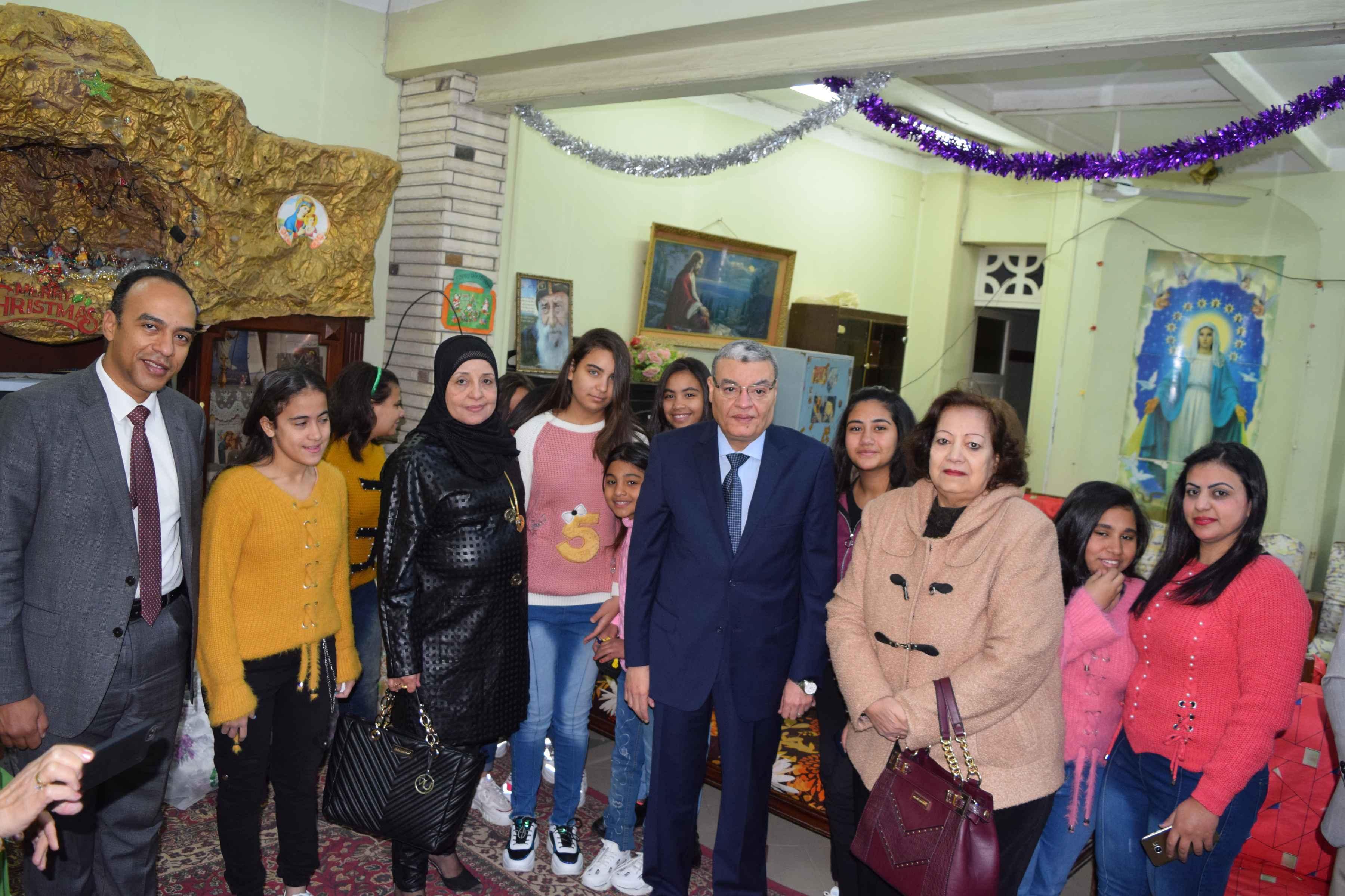 محافظ المنيا يهنئ أطفال دار البنات القبطية بعيد الميلاد المجيد (5)