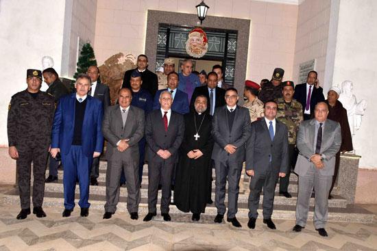 محافظ الأقصر ومساعد وزير الداخلية يقدمان التهاني لقيادات الكنائس  (1)