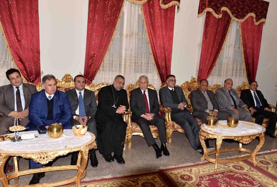 محافظ الأقصر ومساعد وزير الداخلية يقدمان التهاني لقيادات الكنائس  (4)