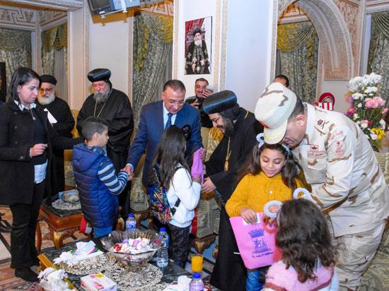 محافظ-الاسكندرية-يوزع-الهدايا-على-الاطفال