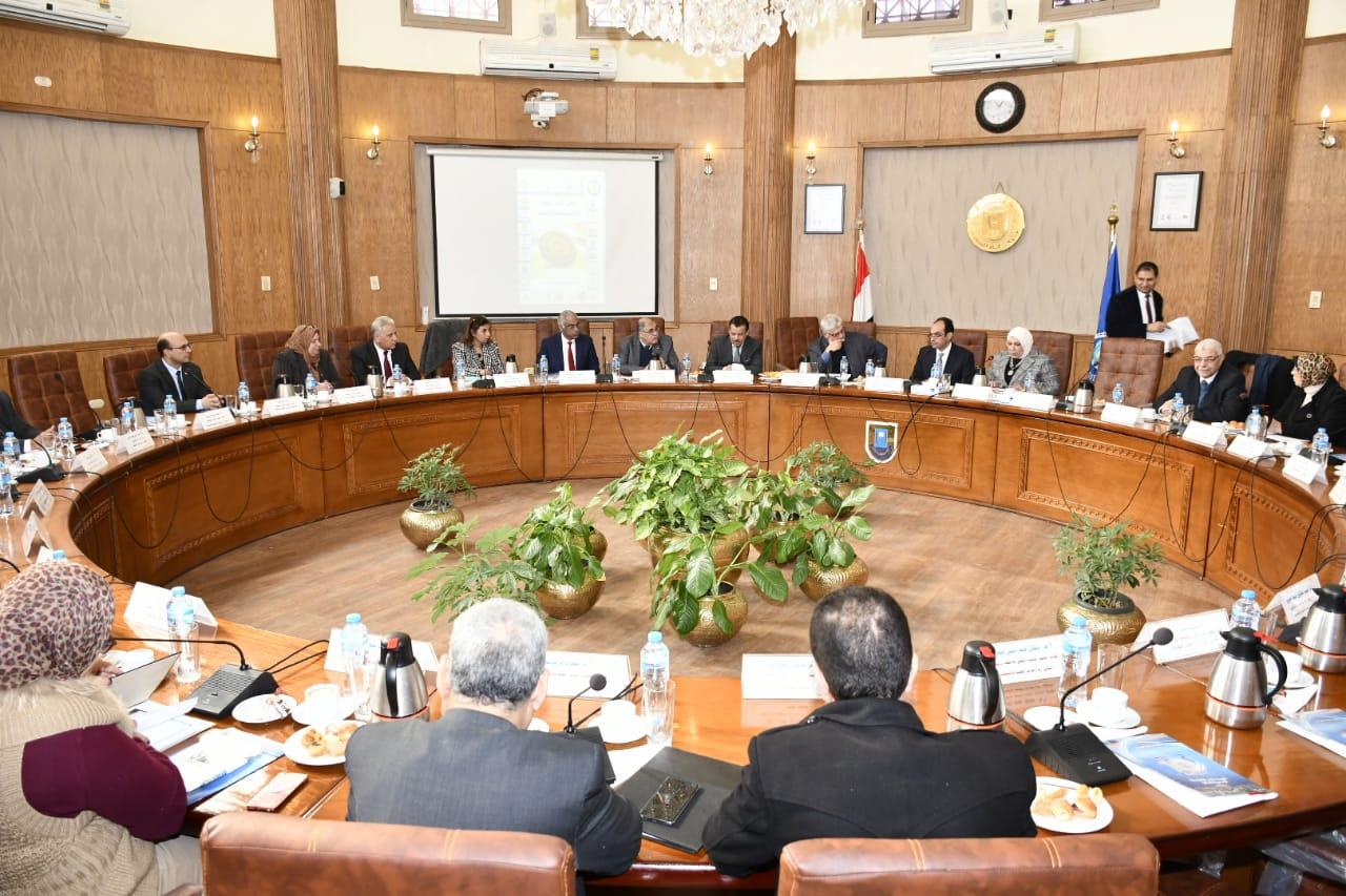 4- المجلس يناقش  أبحاث الدراسات العليا