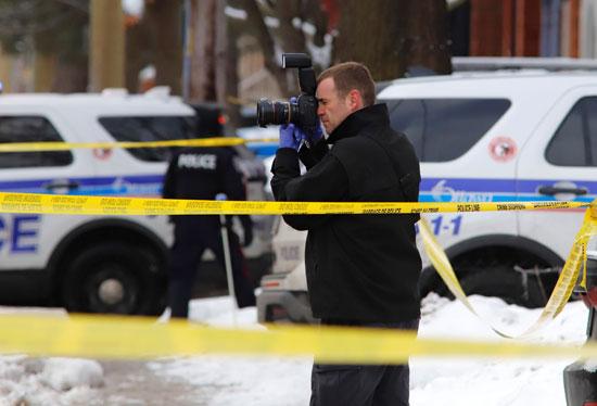شرطى يلتقط صورا لموقع الحادث