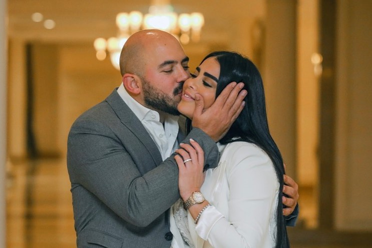 العسيلى يقبل زوجته