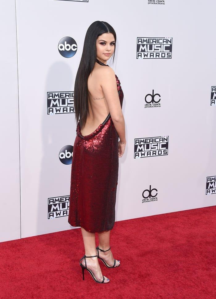 سيلينا جوميز في فستان أحمر مثير