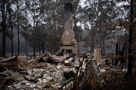 انهيار منزل جراء الحرائق