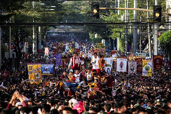 ينضم المحبون الفلبينيون إلى موكب كاثوليكي للناصرة السود خلال يوم العيد في مانيلا