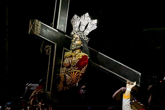 التمثال الديني للناصريين الأسود خلال المسيرة الكاثوليكية السنوية