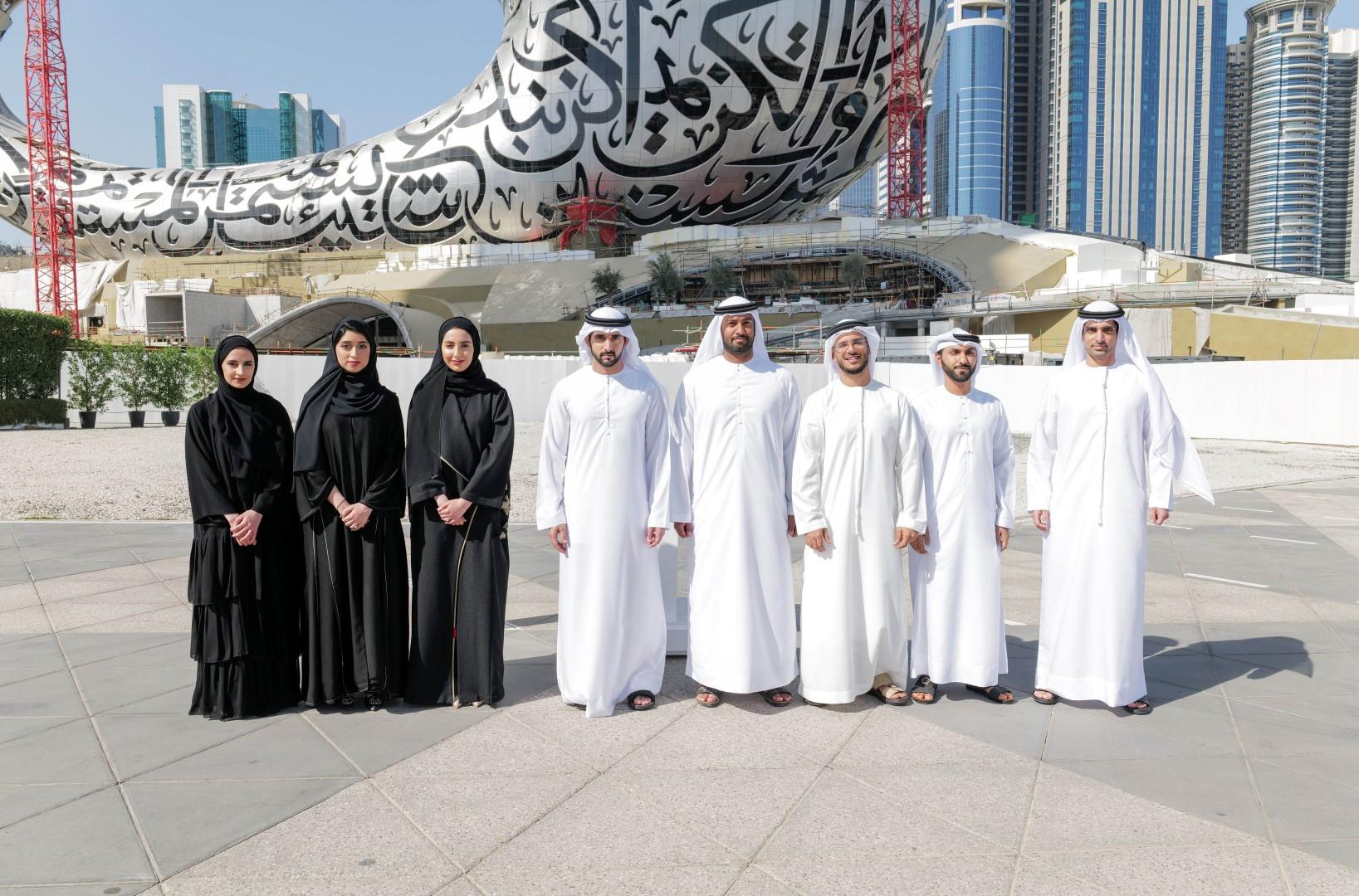 ولى عهد دبى وأعضاء فريق مشروع الإمارات لاستكشاف كوكب المريخ مسبار الأمل