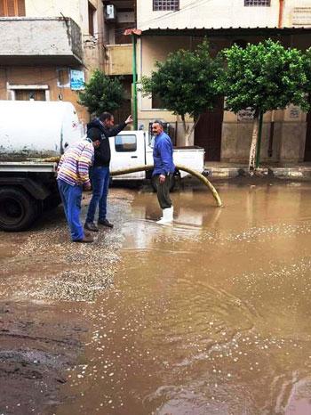 موجة-من-الطقس-السيئ-تجتاح-المنوفية-وشركة-المياة-تنشل-مياة-الأمطار-من-الشوارع-(3)