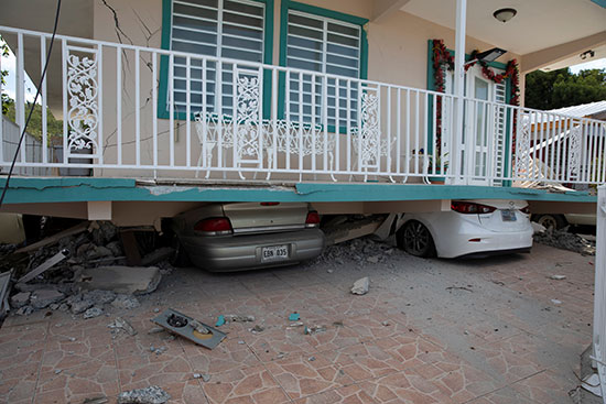السيارات تكمن تحت منزل انهار بعد زلزال في جوانيكا