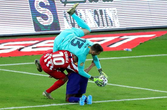 صراع-قوى-على-الكرة-فى-مباراة-برشلونة-واتلتيكو