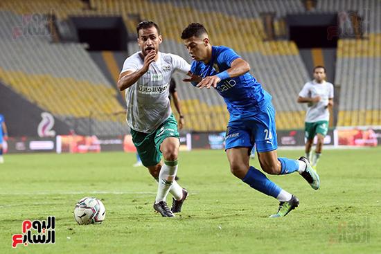 إمام عاشور فى مواجهة مع لاعب المصري