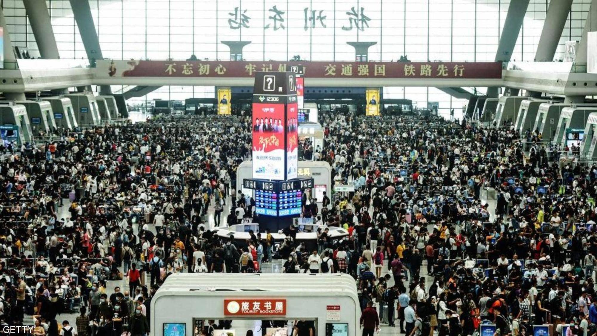 صينيون يحتشدون في محطة للقطارات في محافظة جيجيانج
