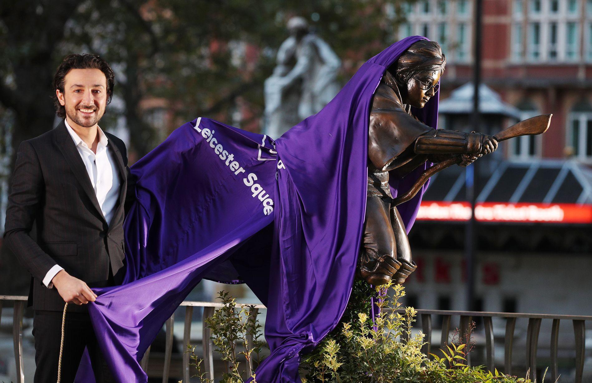 الكشف عن التمثال