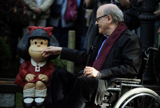كينو مع أحد شخصياته الكارتونية