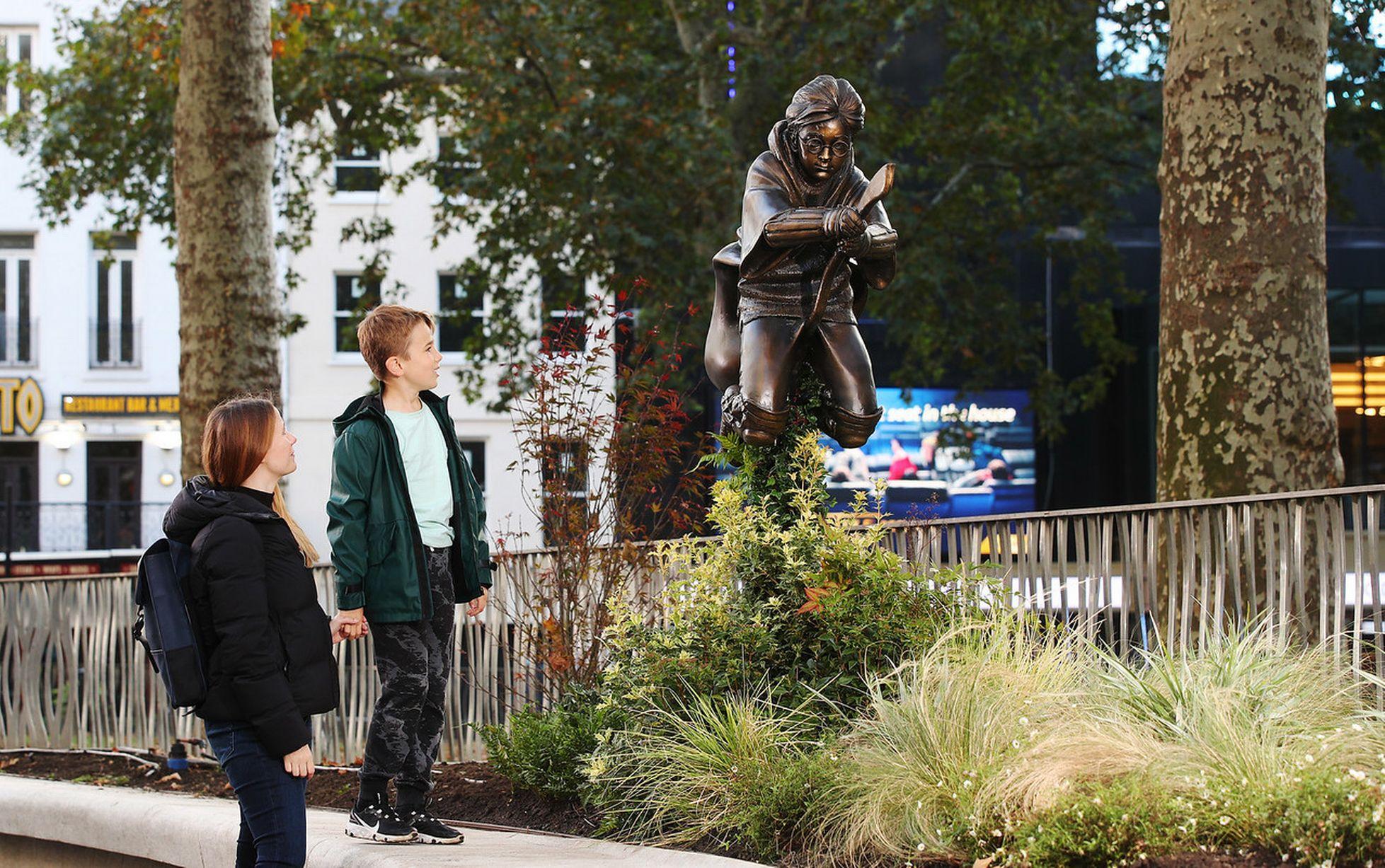 أطفال يشاهدون التمثال