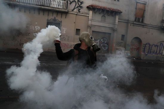 كر وفر بين المحتجين وقوات الامن فى تشيلى (5)
