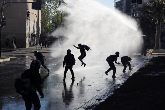 كر وفر بين المحتجين وقوات الامن فى تشيلى (1)