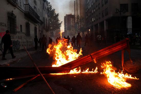 كر وفر بين المحتجين وقوات الامن فى تشيلى (6)