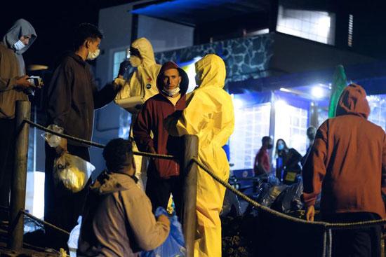 مهاجرون انقذتهم السلطات الاسبانية