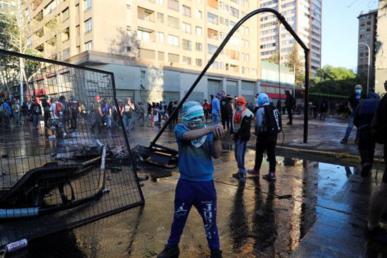 كر وفر بين المحتجين وقوات الامن فى تشيلى (4)